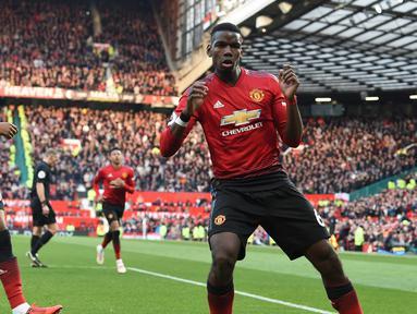 Gelandang Manchester United, Paul Pogba berselebrasi usai mencetak gol ke gawang West Ham pada lanjutan Liga Inggris di Old Trafford (13/4). Pogba mencetak dua gol lewat titik penalti mengantar MU menang tipis 2-1 atas West Ham. (AFP Photo/Paul Ellis)