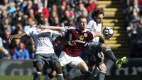 Pemain Burnley, Ashley Barnes (tengah) menerobos adangan pemain Manchester United, Paul Pogba dan Daley Blind pada lanjutan Premier League di Turf Moor Stadium, Burnley, Minggu (23/4/2017). MU menang 2-0.  (Martin Rickett/PA via AP)
