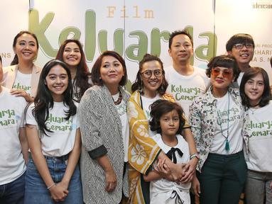 Sejumlah pemain film Keluarga Cemara berfoto bersama saat syukuran di kawasan Gunawarman, Jakarta, Kamis (4/1). Film ini diangkat dari sinetron Keluarga Cemara yang populer pada tahun 1990-an.  (Liputan6.com/Herman Zakharia)