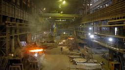 Suasana di pabrik baja ArcelorMittal di Zenica, Bosnia dan Herzegovina, (9/2). ArcelorMittal terbentuk pada 2006 usai pemimpin perusahaan baja Mittal Steel, Lakshmi Mittal mengambil alih Arcelor. (REUTERS/Dado Ruvic)