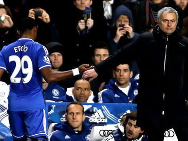 Pada saat pergantian pemain Jose Mourinho berjabat tangan dengan Samuel Eto'o karena telah mencetak hattrick pada pertandingan sepak bola Liga Inggris antara Chelsea vs Manchester United  di Stadion Stamford Bridge, London (19/01/14). (AFP/Adrian Dennis)