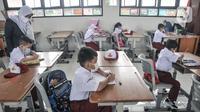 Suasana murid kelas 1 mengikuti PTM Terbatas di SDN Malaka Jaya 07 Pagi, Klender, Jakarta, Senin (30/8/2021). Di SDN Malaka Jaya 07 Pagi kegiatan PTM dibagi atas dua sesi yang masing-masing kelas rata-rata terdiri dari 10 murid dengan durasi belajar 2-3 jam. (merdeka.com/Iqbal S. Nugroho)