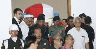 Jenazah BJ Habibie keluar dari RSPAD. (Bambang E Ros/Fimela.com)