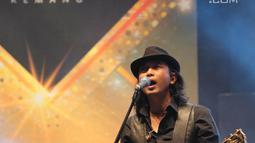Aksi panggung gitaris Padi Reborn, Piyu saat tampil di Magnificent Seven with Padi Reborn di Avenue of the Stars, Lippo Mall Kemang, Jakarta, Jumat (27/9/2019). Padi Reborn bernostalgia dengan pengunjung dengan membawakan 12 lagu hitsnya. (Kapanlagi.com/Budy Santoso)