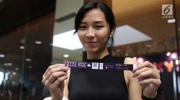 Pengunung menunjukkan tiket masuk acara XYZ Day 2018 di The Hall Senayan City, Jakarta, Rabu (25/4). KLY Day menghadirkan talkshow dari para konten kreator dan influencer hits. (Liputan6.com/Herman Zakharia)