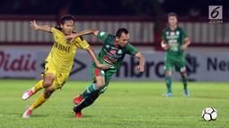 Pemain Bhayangkara FC, Adam Alis (kiri) berebut bola dengan Rachmad Hidayat (PSMS) pada lanjutan Go-Jek Liga 1 Indonesia bersama Bukalapak di Stadion PTIK, Jakarta, Jumat (3/8). Babak pertama Bhayangkara unggul 2-0. (Liputan6.com/Helmi Fithriansyah)