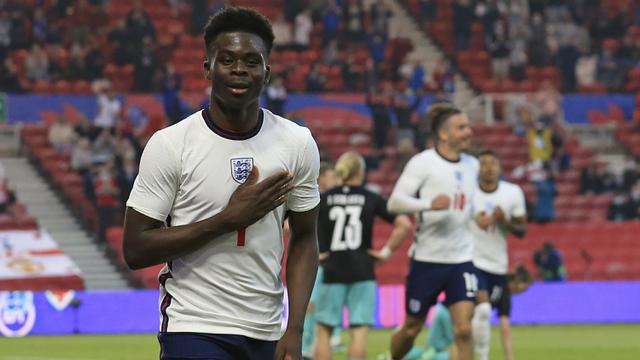 Striker Inggris, Bukayo Saka melakukan selebrasi usai mencetak gol ke gawang Austria dalam laga uji coba menjelang berlangsungnya Euro 2020 di Riverside Stadium, Middlesbrough, Rabu (2/6/2021). Inggris menang 1-0 atas Austria. (AP/Lindsey Parnaby/Pool)