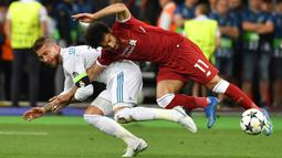 Sergio Ramos - Sergio Ramos bisa dibilang pemain yang tak asing dalam urusan pelanggaran kasar. Pada Liga Champions tahun 2018 saat Real Madrid berhadapan dengan Liverpool, Ramos menjatuhkan Mohamed Salah dan mengalami cidera di bahu sehingga harus menepi dari lapangan. (AFP/Genya Savilov)