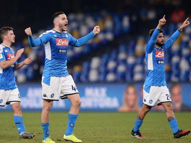 Pemain Napoli Konstantinos Manolas (tengah) dan rekan-rekan setimnya merayakan kemenangan atas Lazio pada perempat final Coppa Italia di Stadion San Paolo, Napoli, Italia, Selasa (21/1/2020). Napoli sukses melaju ke semifinaL Coppa Italia setelah mengalahkan Lazio 1-0. (LaPresse via AP)