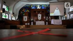 Pendeta memimpin ibadah Paskah di tengah pandemi COVID-19 di Gereja Protestan Indonesia bagian Barat (GPIB) Effatha, Minggu (4/4/2021). Ibadah rangkaian Paskah tersebut digelar secara daring dengan tetap menerapkan protokol kesehatan. (Liputan6.com/Johan Tallo)