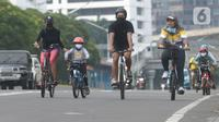 Warga bersepeda di sepanjang Kawasan MH Thamrin,Jakarta, Jumat (30/10/2020). Aktivitas memilih berolahraga sepeda sebagai alternatif liburan panjang sekaligus menjaga imunitas tubuh di tengah pandemi virus Corona. (merdeka.com/Imam Buhori)
