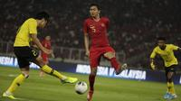Bek Timnas Indonesia, Ricky Fajrin, berusaha menahan bola saat melawan Malaysia pada laga Kualifikasi Piala Dunia 2022 di SUGBK, Jakarta, Kamis (5/9). Indonesia kalah 2-3 dari Malaysia. (Bola.com/Vitalis Yogi Trisna)