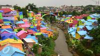 Suasana Kampung Jodipan Malang yang berada di bantaran sungai Brantas, Jawa Timur,  Kamis (5/1). Daerah ini dulu adalah pemukiman kumuh bahkan kampung tersebut termasuk dalam 11 pemukiman terkumuh di Indonesia. (Liputan6.com/Gholib)