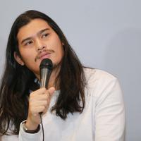 Dibalik penampilan sangar dengan rambut gondrongnya, ternyata sosok Virzha merupakan rocker yang taat pada kewajibannya sebagai seorang muslim. (Adrian Putra/Bintang.com)