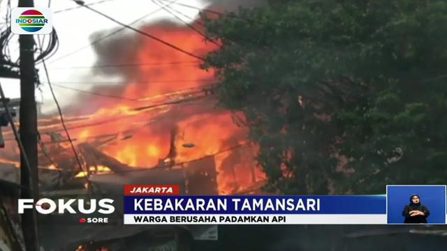 Beberapa warga ada yang pasrah dan hanya bisa menangis melihat bangunannya dibakar api.