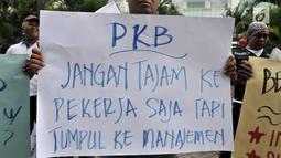 Mantan karyawan PT Bank Maybank Indonesia  menggelar demonstrasi di kawasan Senayan, Jakarta, Senin (11/2). Dalam aksi tersebut, mereka menuntut diantaranya, hentikan PHK akibat restrukturisasi serta penutupan kantor unit kerja. (Merdeka.com/Iqbal S. Nugr