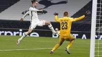 Gareth Bale dari Tottenham mencoba mencetak gol melawan penjaga gawang Ludogorets Plamen Iliev pada pertandingan Liga Europa Grup J di stadion Tottenham Hotspur di London, Inggris, Kamis 26 November 2020. (Ian Kington / Pool via AP )