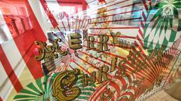 Dekorasi unik dan ornamen modern bernuansa Natal menghiasi pusat perbelanjaan kawasan Menteng, Jakarta, Minggu (23/12). Konsep dekorasi pohon Natal modern disajikan untuk membuat suasana berbeda dari tahun-tahun sebelumnya. (Liputan6.com/Herman Zakharia)