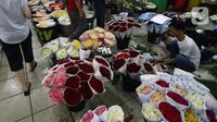 Pedagang menata bunga mawar di Pasar Bunga Rawa Belong, Jakarta Barat, Kamis (13/2/2020). Para pedagang mengaku mengalami kenaikan omzet hingga 50 persen jelang perayaan Hari Valentine yang jatuh setiap tanggal 14 Februari. (Liputan6.com/Angga Yuniar)
