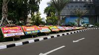 Karangan bunga di depan Polda Metro Jaya (Liputan6.com/ Nanda Perdana Putra)