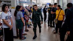Tentara dan warga menawarkan untuk mendonorkan darahnya setelah penembakan brutal di Korat, Nakhon Ratchasima, Thailand, Minggu (9/2/2020). Penembakan brutal menewaskan 26 orang dan melukai puluhan lainnya. (AP Photo/Gemunu Amarasinghe)