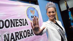Puteri Indonesia 2016, Kezia Rislin C Warouw berpose usai pembekalan anti narkoba oleh Kepala  BNN, Budi Waseso di Jakarta, Senin (27/3). BNN memberikan pembekalan anti narkotika kepada 38  finalis Puteri Indonesia 2017. (Liputan6.com/Helmi Fithriansyah)