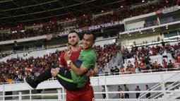 Striker Persija, Marko Simic, menggendong rekannya Riko Simanjuntak usai melawan Persela pada laga Liga 1 di SUGBK, Jakarta, Selasa (20/11). Persija menang 3-0 atas Persela. (Bola.com/Vitalis Yogi Trisna)