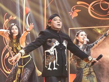 Penampilan penyanyi campursari Didi Kempot (tengah) bersama Nella Kharisma (kanan) dan Sintya Marisca dalam Shopee 12.12 Birthday Sale di kawasan Kebon Jeruk, Jakarta, Kamis (12/12/2019). Didi Kempot membawakan lagu Pamer Bojo, Sewu Kutho, Bayu Langit, dan lain-lain. (Fimela.com/Bambang E. Ros)