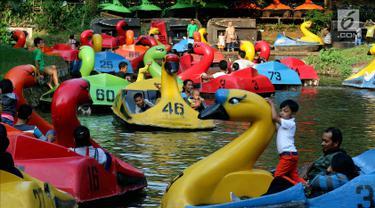 Pengunjung bermain bebek-bebekan saat mengisi libur Lebaran di Kebun Binatang Ragunan, Jakarta, Sabtu (16/6). Kebun Binatang Ragunan masih menjadi tempat favorit warga Jakarta untuk menghabiskan libur Lebaran. (Liputan6.com/JohanTallo)