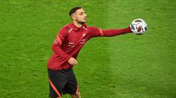 Pemain Turki, Ahmed Kutucu, saat mengikuti sesi latihan di Rheinenergie stadium, Jerman, Rabu (7/10/2020). Turki akan menghadapi Jerman pada laga Persahabatan. (AFP/Ina Fassbender)