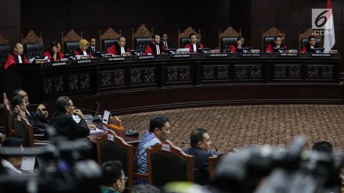 Suasana saat Ketua Kuasa Hukum KPU untuk Pilpres, Ali Nurdin memberikan keterangan dalam sidang sengketa Pilpres 2019 di Gedung MK, Jakarta, Selasa (18/6/2019). Sidang tersebut beragendakan mendengarkan jawaban dari termohon. (/Faizal Fanani)