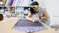 Kartika Dwi Putri (28) dan usaha crafting dengan brand Dmollis. (Foto: Johannes Saragih/Batamnews)