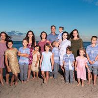 Keluarga ini memiliki 16 orang anak yang usianya antara 2 sampai 22 tahun. (Sumber Foto: Mirror)