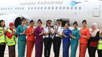 Captain Pilot Capt. Ida Fiqriah (lima kanan) dan First Officer/Co-Pilot Melinda (enam kanan) beserta kru sebelum mengikuti Kartini Flight rute Jakarta - Yogyakarta di Bandara Soetta, Tangerang, Banten, Sabtu (21/4). (Liputan6.com/Immanuel Antonius)