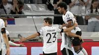 Gelandang Jerman, Serge Gnabry (kanan atas) berselebrasi usai mencetak gol ke gawang Armenia pada pertandingan grup J Kualifikasi Piala Dunia 2022 di stadion Mercedes-Benz Arena di Stuttgart, Jerman, Senin (6/9/2021). Jerman kini berada di puncak klasemen dengan poin 12. (AP Photo/Matthias Schrader)