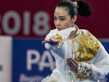 Atlet wushu Indonesia, Lindswell Kwok beraksi pada Asian Games 2018 di JIExpo, Kemayoran Jakarta, Minggu (19/8). Sukses mengumpulkan poin tertinggi, atlet cantik ini berpeluang meraih emas dari nomor Taijiquan dan Taijijian. (Bola.com/Vitalis Yogi Trisna)