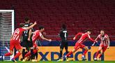 Penyerang Atletico Madrid, Joao Felix, merayakan gol yang dicetaknya ke gawang Salzburg pada laga Liga Champions 2020/2021 di Estadio Wanda Metropolitano, Rabu (28/10/2020) dini hari WIB. Atletico Madrid menang 3-2 atas Salzburg. (AFP/Gabriel Bouys)