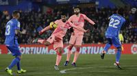 Striker Barcelona, Luis Suarez, melepaskan tendangan ke gawang Getafe pada laga La Liga di Stadion Alfonso Perez, Minggu (6/1). Barcelona menang 2-1 atas Getafe. (AP/Manu Fernandez)