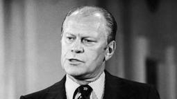 Presiden Amerika Serikat Gerald Ford saat konferensi pers di Washington, 28 Agustus 1974. Gerald Ford menjabat sebagai Presiden AS ke-38 usai menggantikan Wakil Presiden AS Spiro Agnew dan kemudian menggantikan Presiden AS Richard Nixon. (Photo by STRINGER/AFP)