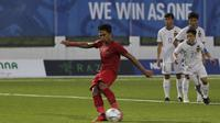 Bek Timnas Indonesia U-22, Bagas Adi, melakukan eksekusi penalti saat melawan Laos U-22 pada laga SEA Games 2019 di Stadion City of Imus Grandstand, Manila, Kamis (5/12). Indonesia menang 4-0 atas Laos. (Bola.com/M Iqbal Ichsan)