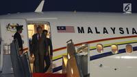 PM Malaysia Mahathir Mohamad tiba di Bandara Halim Perdanakusuma, Jakarta, Kamis (28/6). Ini adalah kunjungan bilateral Mahathir Mohamad yang pertama setelah menjadi PM Malaysia untuk kedua kalinya pada 10 Mei 2018. (Liputan6.com/Angga Yuniar)