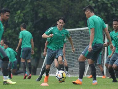 Pemain Timnas Indonesia U-23, Gavin Kwan Adsit (tengah) mengejar bola saat latihan di Lapangan A Kompleks GBK, Jakarta, Rabu (25/4). Latihan ini persiapan jelang laga PSSI Anniversary Cup dan Asian Games 2018. (Liputan6.com/Helmi Fithriansyah)