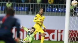 Proses terjadinya gol pemain Dortmund, Pierre-Emerick Aubameyang ke gawang FK Qabala pada laga Liga Europa di Stadion Backcell Arena, Azerbaijan, Jumat (23/10/2015). (Reuters/David Mdzinarishvili)