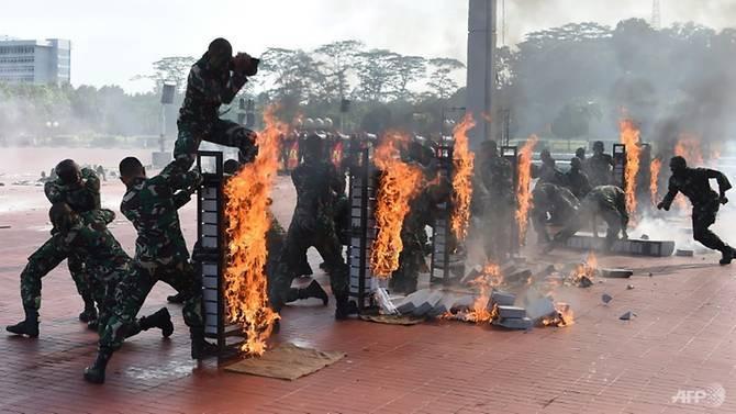 Aksi unjuk kebolehan Kopassus di Jakarta saat parade perpisahan melepas kepergian Menhan AS Jim Mattis ke Vietnam (24/1/2018) (AFP)