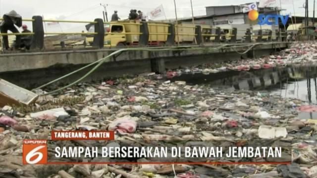 Sampah rumah tangga menumpuk di bawah Jembatan Kali Prancis, Tangerang, Banten.