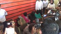 Dokter pelaku aborsi ilegal bersama tersangka lain usai ditangkap dan dibawa ke Mapolresta Jambi. (Foto: Dok Polresta Jambi/B Santoso)