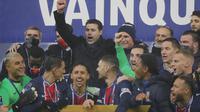 Manajer PSG Mauricio Pochettino dan pemain merayakan sukses meraih Trofi Piala Super Prancis usai kalahkan Olympique Marseille di stadion Bollaert di Lens, Prancis utara, Rabu, 13 Januari 2021. PSG menang 2 : 1. (Foto AP / Christophe Ena)