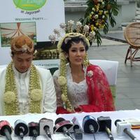 Ardina Rasti dan suaminya, Arie Dwi Andhika saat memberikan keterangan pers usai menikah. (Rivan Yuristiawan/Bintang.com)