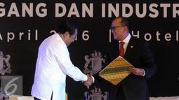Ketua Umum KADIN Rosan Perkasa Roeslani berjabat tangan dengan Jaksa Agung HM Prasetyo usai MoU pada pengukuhan dewan pengurus KADIN 2015-2020 di Jakarta, Selasa (5/4). (Liputan6.com/Helmi Afandi)