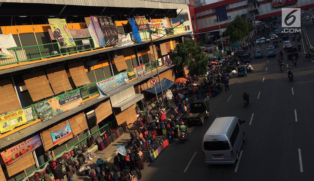 PKL dan parkir liar memadati trotoar serta bahu jalan di kawasan Pasar Senen, Jakarta, Kamis (7/2). Selain mengganggu pejalan kaki, kondisi tersebut juga menghambat arus lalu lintas. (Liputan6.com/Immanuel Antonius)